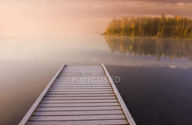 Muelle cubierto de escarcha al amanecer, Lago Glad, Parque Provincial de Duck Mountain; Manitoba, Canadá - foto de stock