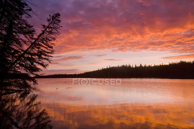 Glad Lake with brilliant colours at sunset, Duck Mountain Provincial Park, Manitoba, Canada — Stock Photo