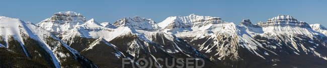 Panorama der schneebedeckten Bergkette und des blauen Himmels, Banff, Alberta, Canada — Stockfoto
