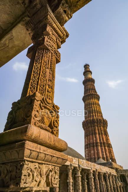 Vista baja de la vista histórica de Qutub Minar, Delhi, India - foto de stock