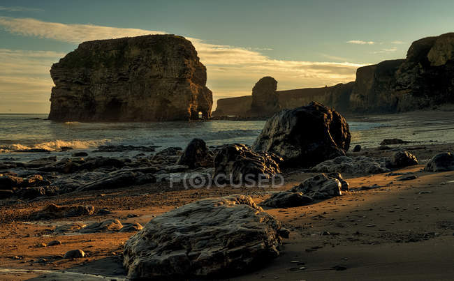 Les falaises, les rochers et les tas de mer le long de la côte atlantique; South Shields, Tyne and Wear, Angleterre — Photo de stock
