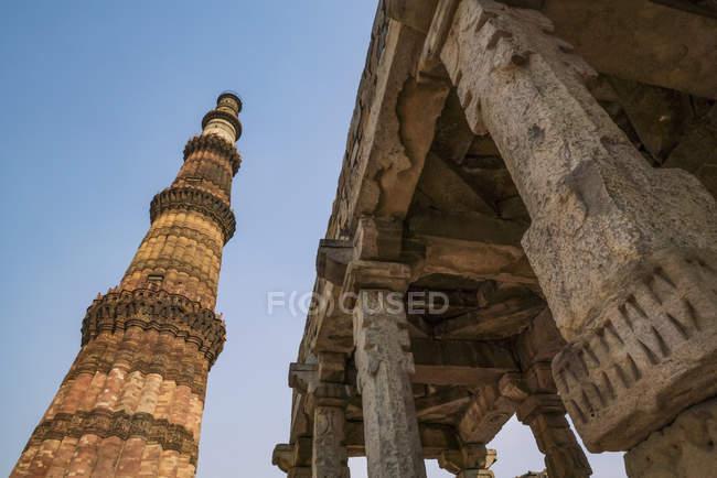 Low angle view of historic sight Qutub Minar, Delhi, India — стокове фото