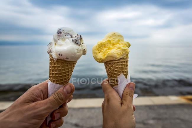 Пара з морозивом шишки; Opatija, Primorje-Gorski Kotar County, Croatia — стокове фото
