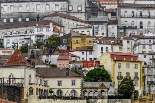 Edificios abarrotados en una ladera; Coimbra, Portugal. - foto de stock