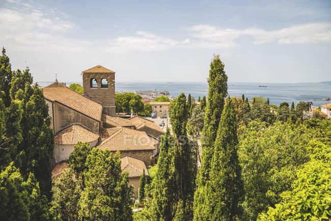 Terracota telhado ladrilhado de um edifício e vista para o Mar Adriático; Trieste, Friuli Venezia Giulia, Itália — Fotografia de Stock