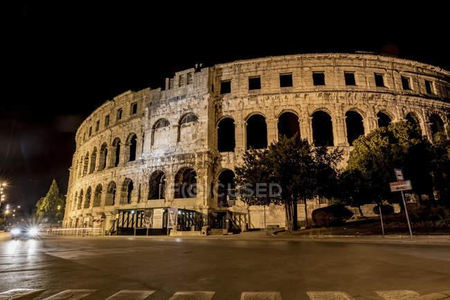 Ancien amphithéâtre romain connu sous le nom de Pula Arena la nuit ; Pula, Istrie, Croatie — Photo de stock
