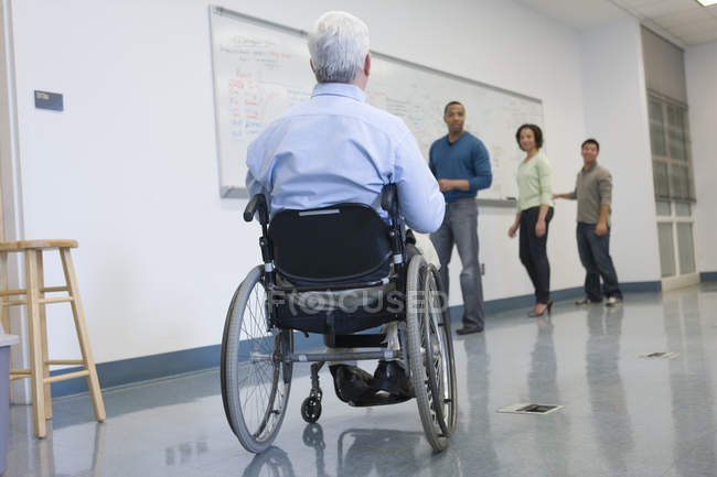 Universitätsprofessor mit Muskeldystrophie unterrichtet Studenten im Hörsaal — Stockfoto