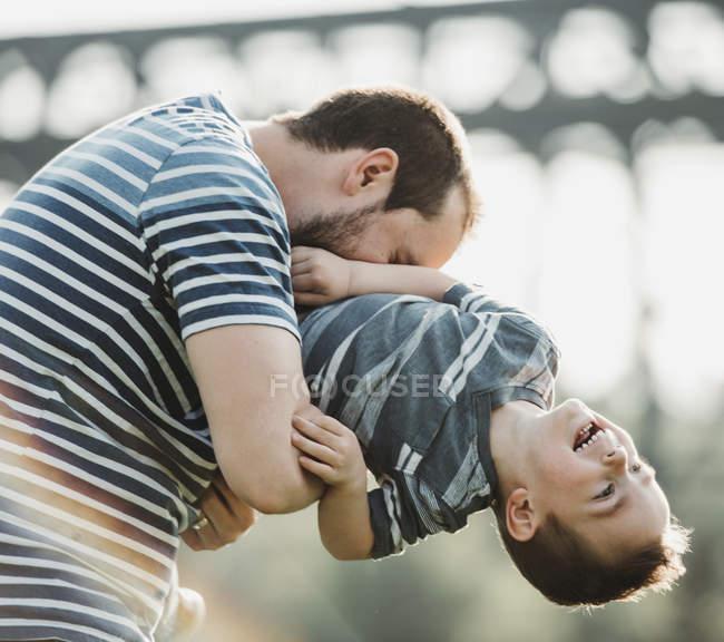 Батько грає зі своїм молодим сином; Едмонтон, Альберта, Канада — стокове фото