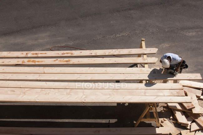 Vue grand angle d'un biseau de coupe de charpentier sur chevrons — Photo de stock