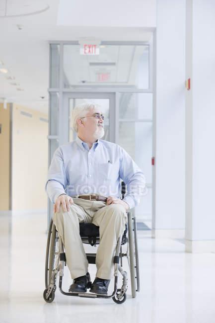 Professor universitário com Distrofia Muscular sentado em uma cadeira de rodas — Fotografia de Stock