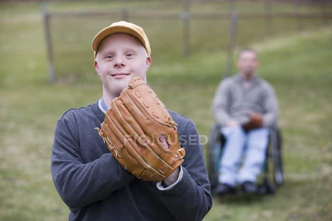 Vater und Sohn mit Down-Syndrom spielen Baseball im Park — Stockfoto