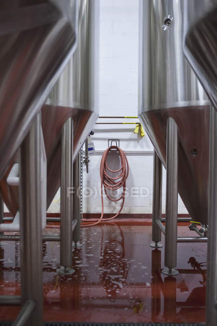 Баки бродіння у пивоварні, вибіркове зосередження. — стокове фото