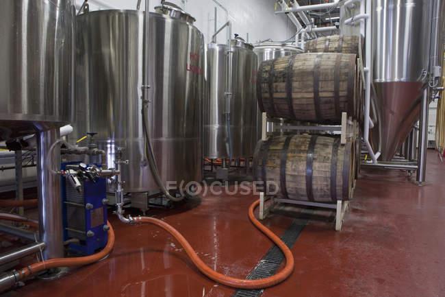 Barili in un birrificio. Concetto di industria alimentare e delle bevande — Foto stock