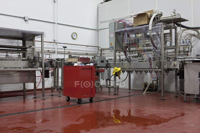 Бутылочный завод пивоваренного завода, пищевой и питьевой промышленности — стоковое фото