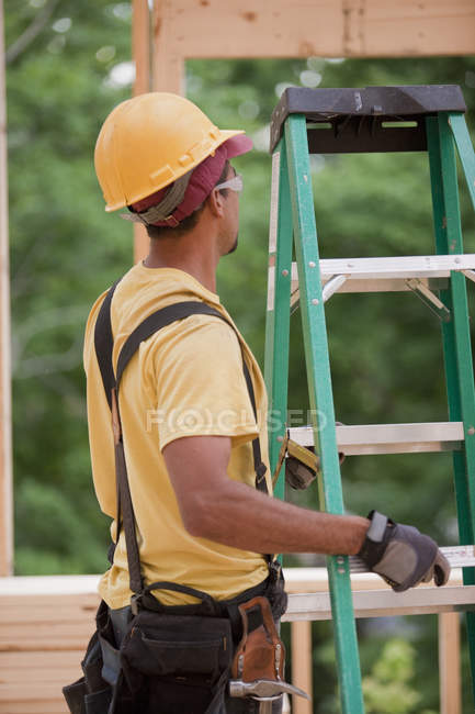 Вантажівка коригує сходи на будівельному майданчику. — стокове фото