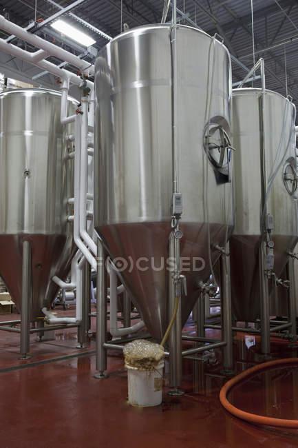 Резервуары для брожения на пивоварне в Массачусетсе — стоковое фото