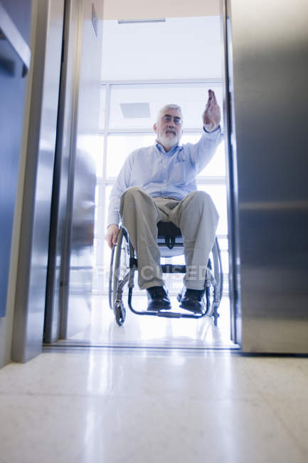 Професор університету з м'язовою дистрофії в інвалідному візку введення ліфта — стокове фото