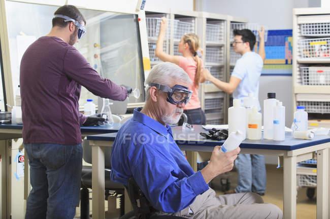 Професор з м'язової дистрофії робота зі студентами в лабораторії — стокове фото