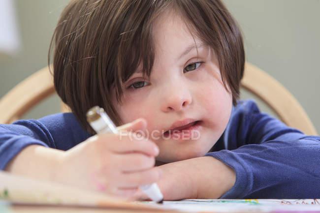 Kind mit Down-Syndrom mit Farbmarkern — Stockfoto