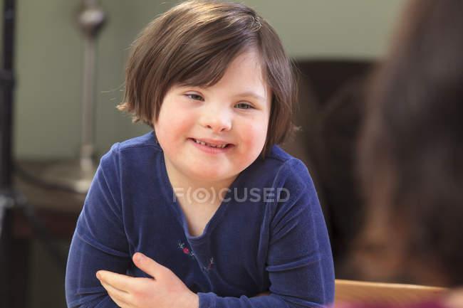 Kleines Mädchen mit Down-Syndrom im Gespräch mit ihrer Mutter — Stockfoto
