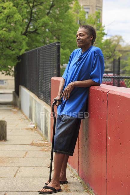 Uomo con Traumatica Ingiuria cerebrale rilassante in città — Foto stock