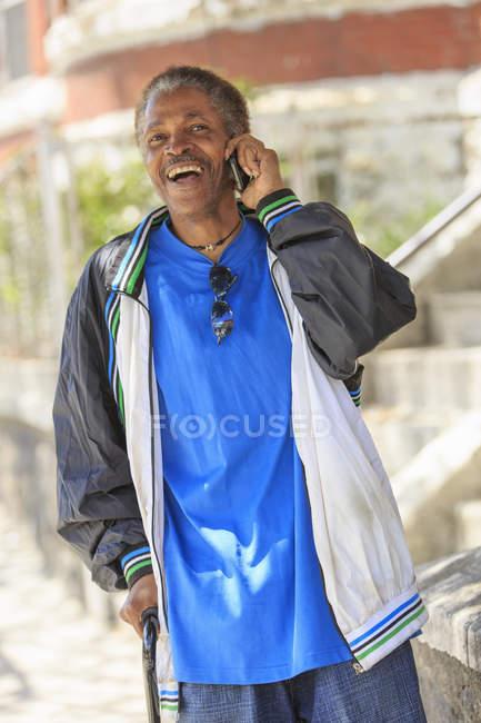Uomo con lesioni cerebrali traumatiche utilizzando il suo telefono cellulare — Foto stock