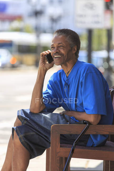 Man with Traumatic Brain Injury using his cell phone — Stock Photo
