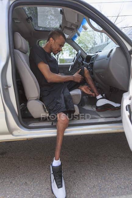 Homem que teve meningite espinhal entrando em seu veículo acessível — Fotografia de Stock