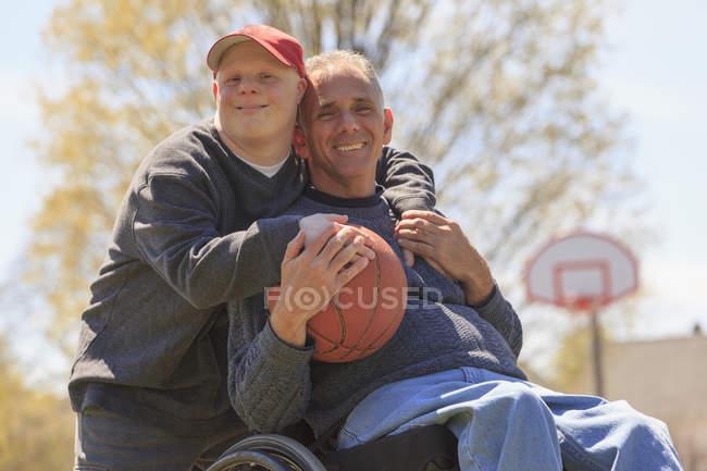 Vater und Sohn mit Down-Syndrom spielen Basketball — Stockfoto