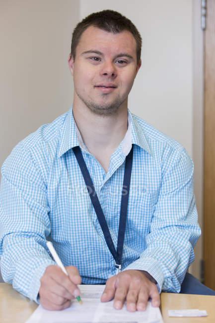Homme atteint du syndrome du duvet travaillant dans un hôpital — Photo de stock