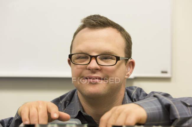 Porträt einer Krankenhaushelferin mit Down-Syndrom im Büro — Stockfoto