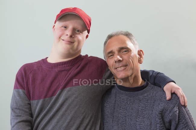 Vater mit Querschnittslähmung und Sohn mit Down-Syndrom gemeinsam zu Hause — Stockfoto