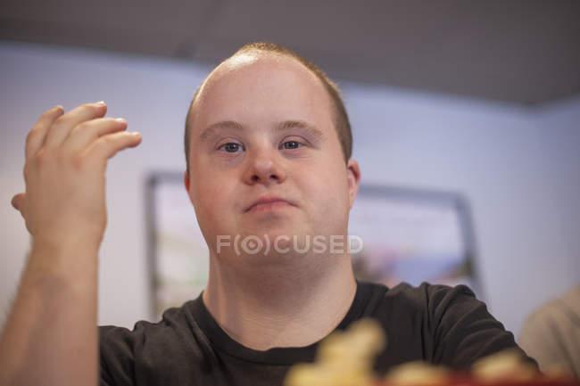 Kaukasier mit Down-Syndrom arbeitet in Restaurant — Stockfoto