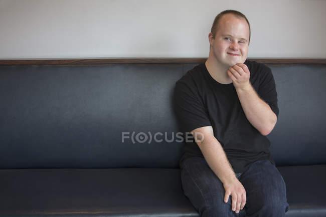 Портрет кавказского человека с синдромом Дауна — стоковое фото