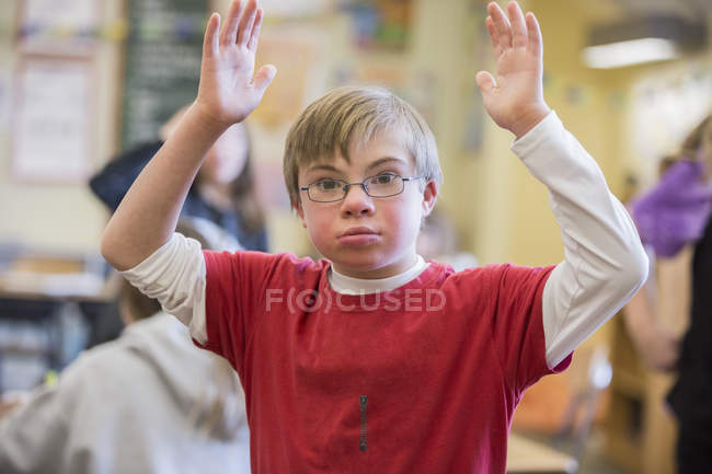 Junge mit Down-Syndrom im Klassenzimmer — Stockfoto