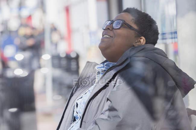 Frau mit bipolarer Störung entspannen doneriert in ihrer Nachbarschaft — Stockfoto