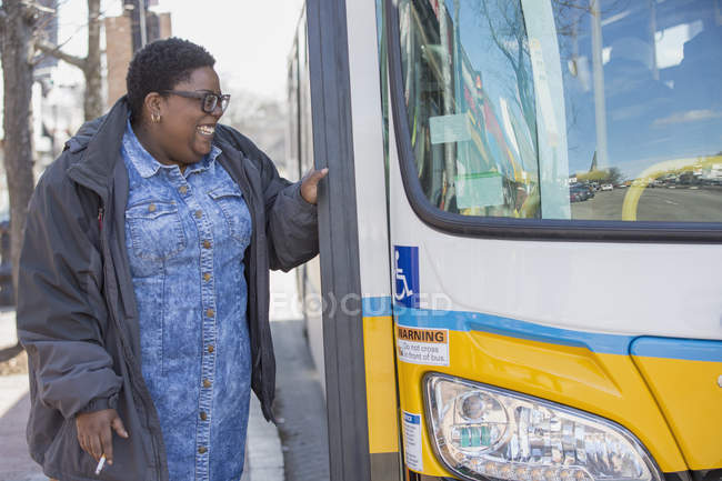 Woman with bipolar disorder about to take a bus and smoking — Stock Photo