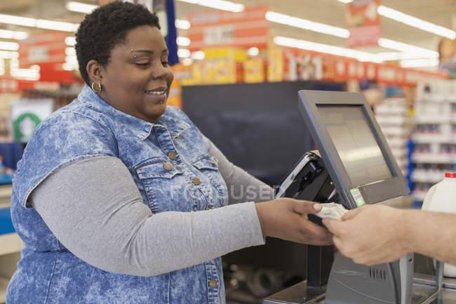 Ritratto di una donna felice con shopping di disturbo bipolare in un supermercato — Foto stock