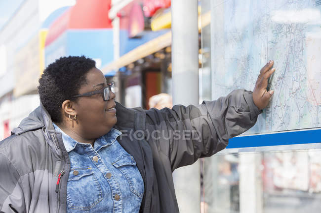 Woman with bipolar disorder studying a subway map — Stock Photo