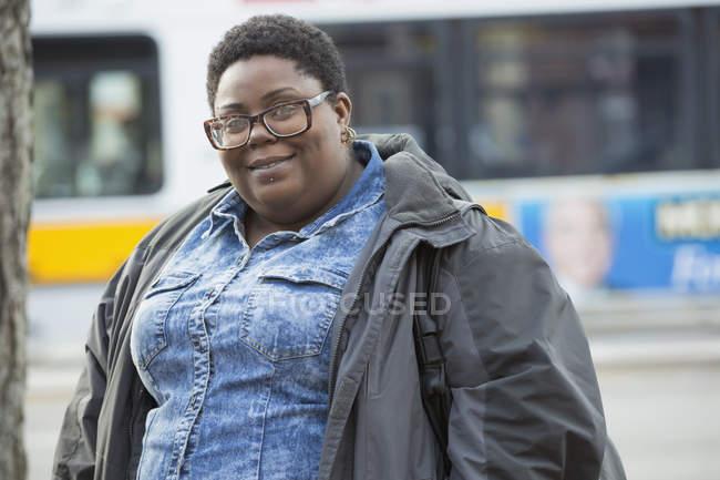 Ritratto di una donna con disturbo bipolare in strada della città — Foto stock