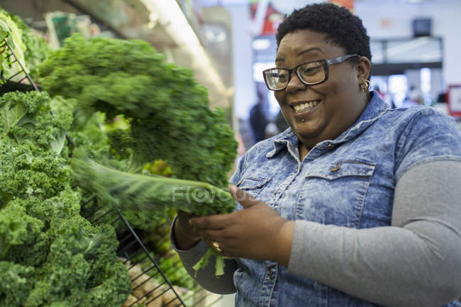 Woman with bipolar disorder shopping in supermarket — Stock Photo