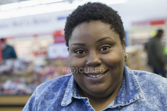 Mujer con trastorno bipolar de compras en el supermercado - foto de stock