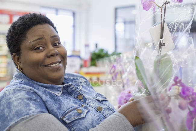 Portrait of a happy woman with bipolar disorder shopping for flowers — Stock Photo