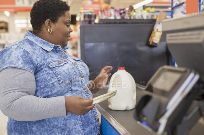 Donna con disordine bipolare shopping al supermercato — Foto stock