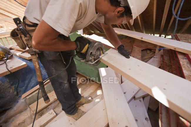 Іспанський тесляр з круглої пилкою біля будинку під час будівництва. — стокове фото