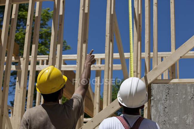 Menuisiers planifiant sur un chantier de construction — Photo de stock