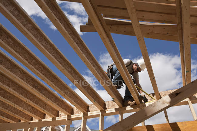 Carpenter working on second floor of a house — Stock Photo
