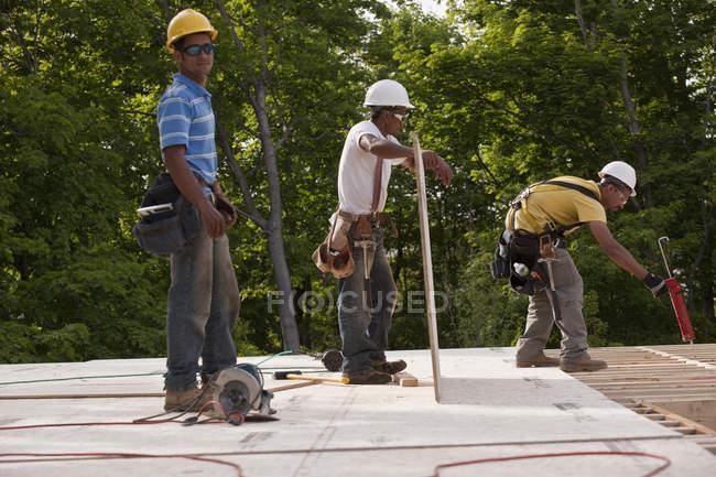На будівельному майданчику працюють теслярі. — стокове фото