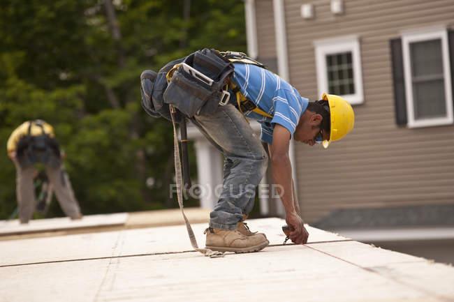 Вимірювач на дошці частинок для обрізання на будівельному майданчику. — стокове фото