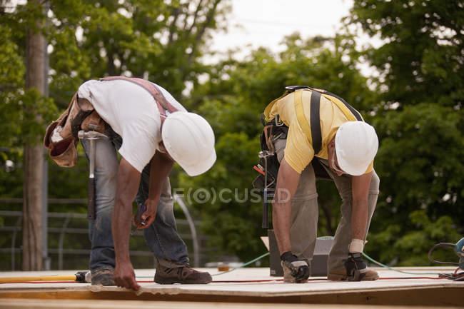 Контролери працюють на дошці частинок на будівельному майданчику. — стокове фото
